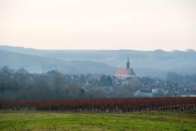 Vue de l'église Saint Martin de Chablis depuis les vignes - Plus de photos en bas d'article