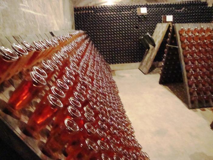 Champagne bouteilles sur pupitre