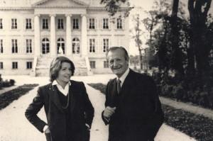 Corinne et André Mentzelopoulos son père devant château Margaux en 1980