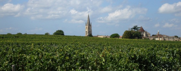 Saint-Emilion, la pointe du clocher dans le vignoble