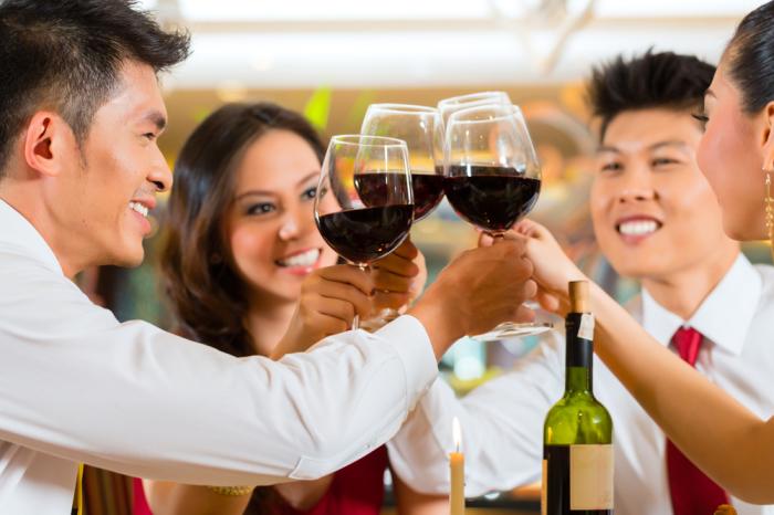 Chinois dégustant du vin rouge