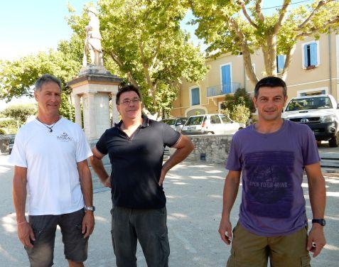 Rasteau, place de l'Apparent,juillet 2015, trois producteurs de Rasteau, à gauche, Robert Charavin du domaine Coteaux-des-Travers, ancien président du syndicat et à droite, Frédéric Julien, viticulteur pour la Cave de Rasteau, le nouveau président
