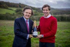 Pierre-Emmanuel Taittinger (à gauche) et Patrick Mc Grath, directeur général de Hatch Mansfield sur leur futur vignoble du Kent (sud de Londres) : 69 ha à Stone Stile Farm, près de Chilham