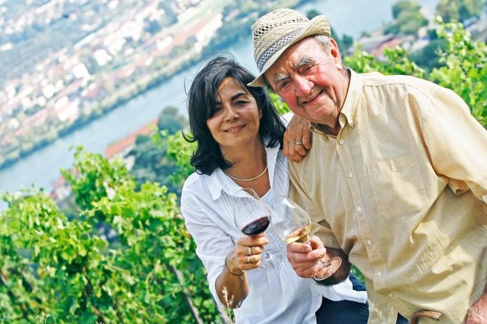 Christine Vernay et son père Georges Vernay sur leur domaine de Condrieu
