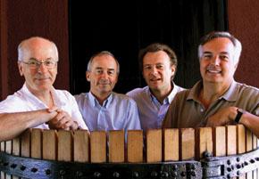 L'aventure chilienne de Paul Pontallier avec ses trois amis et associés (de gauche à droite, Bruno Prats, Ghislain de Montgolfier, Paul Pontallier et Felipe de Solminihac, tous dans le même tonneau