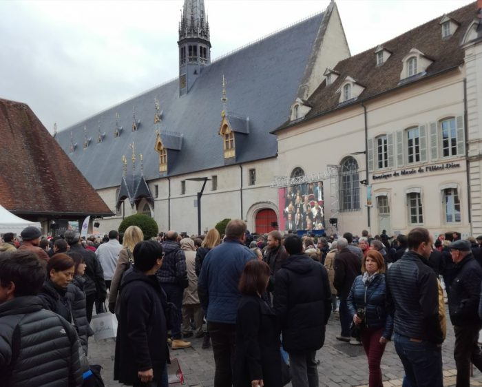 Devant les Hospices de Beaune (Photo FC)