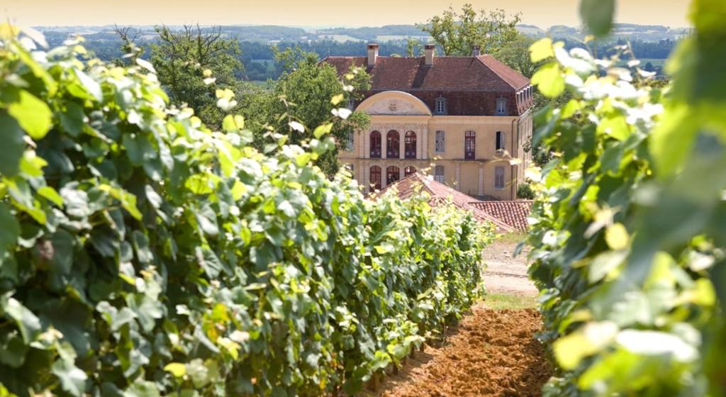 Château Montus, la renommée de ce terroir date du XVIIIe siècle. Alain Brumont l'a racheté en 1980, un terroir marqué par ses fortes pentes (20 à 40 %) exposées plein sud, à l'ensoleillement intense, recouvertes de gros galets (Photo du Château Brumont)