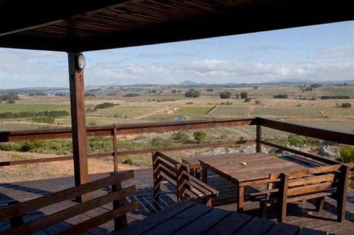 Alto de la Ballena près de Punta del Este au sud-est de l'Uruguay, à 16 km de la mer. Álvaro Lorenzo et Paula Pivel sont les propriétaires de ce domaine connu pour ses assemblages de tannat et viognier.