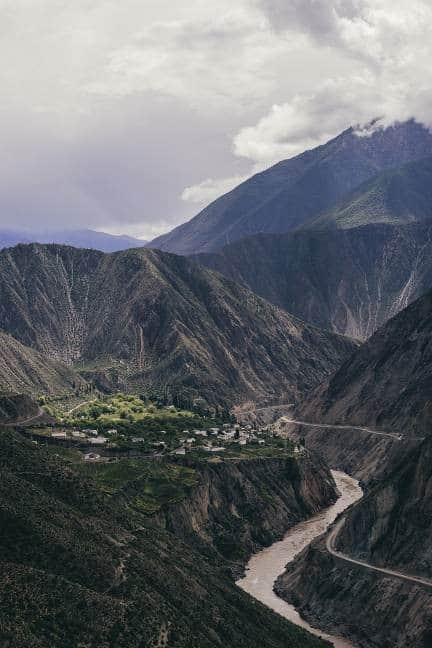 Dans les contrées reculées du nord-ouest du Yunnan, Deqin, est un paradis niché au creux des montagnes de l'Himalaya, près de la légendaire cité de Shangri-La. C'est là que naît le Ao Yun, au-dessus des nuages.