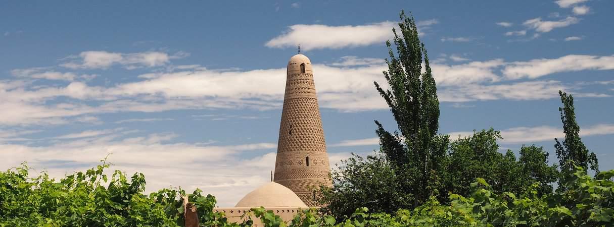 Le grand minaret de Turfan (ou Turpan) au milieu des vignes dans le Xinjiang.
