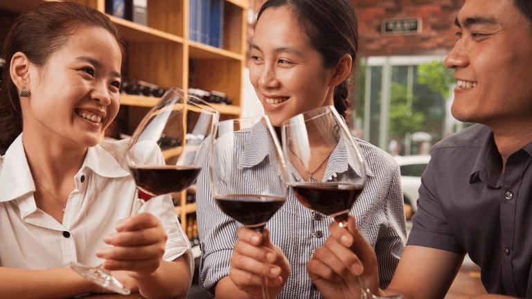 En Chine, la plupart des consommateurs de vin sont jeunes et plutôt de sexe féminin.