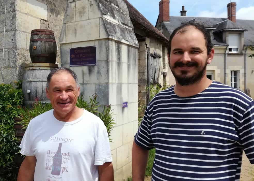 Renaud le père et Boris Desbourdes, le fils (à droite) du domaine de la Marinière à Panzoult (Chinon), un domaine de 15 ha de vigne dont 13,5 ha de cabernet franc (Chinon rouge) et 1,5 ha de chenin blanc (Chinon blanc), un domaine certifié en bio à partir de 2018. Boris Desbourdes fait partie du programme MIVigne (Mobilisation et Innovation Vigneronne) qui est piloté par les Chambres d'agriculture, ce projet a pour objectif central de remettre les viticulteurs et vignerons au coeur de la lutte contre les dépérissements : pour ma part dit-il, dans ce réseau, j'aimerais travailler sur le retour en production de jeunes ceps complantés. Sur mon exploitation j'observe une entrée en production très longue des com plants. S'agit-il d'une concurrence racinaire entre le jeune plant et les pieds ? Je pense plutôt à une concurrence pour la lumière, les pieds établis, faisant de l'ombre aux jeunes plants. Grâce au réseau, j'aimerais tester cette hypothèse (Photo FC)