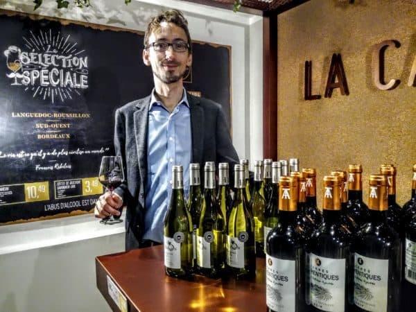 Théau Desmet, acheteur vins chez Lidl, devant sa sélection dans la boutique éphémère de l'enseigne (Photo FC)