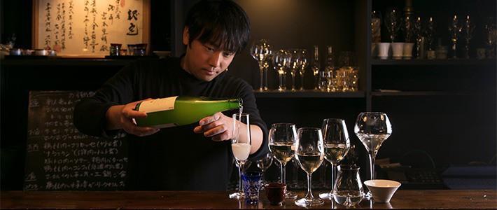 Dégustation de sakés premium au restaurant MiwaMiya, dans le quartier d'Asagaya à Tokyo (Photo de Kawamoto Seiya)