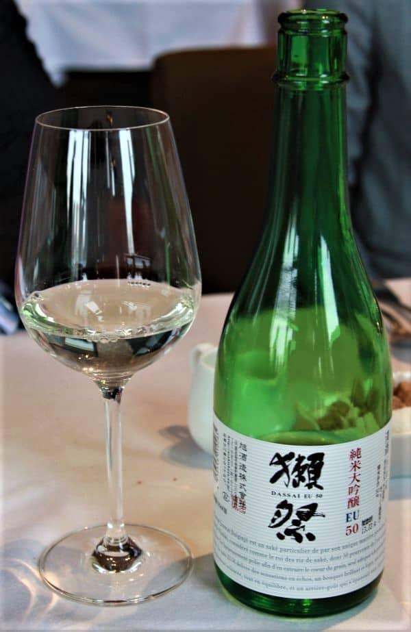 Ce Dassai 50, un Junmai daiginjo introduit la gamme Dassai. Il provient de la brasserie Asahi shuzô (préfecture de Yamaguchi), titre 16° (variété de riz : yamada nishiki avec un taux de polissage de 50 %), à servir à 8°-10°. Il offre des notes de fruits blancs et de fruits exotiques ainsi que des notes de riz soufflé, de châtaigne, de noisette puis s'exprime sur le fruit avec des accents d'abricot et de litchi. S'il peut se marier avec le foi gras mi-cuit (le saké aime le gras), il étonne sur le fromage de chèvre (un Sainte-Maure ou un Pulligny-Saint-Pierre).