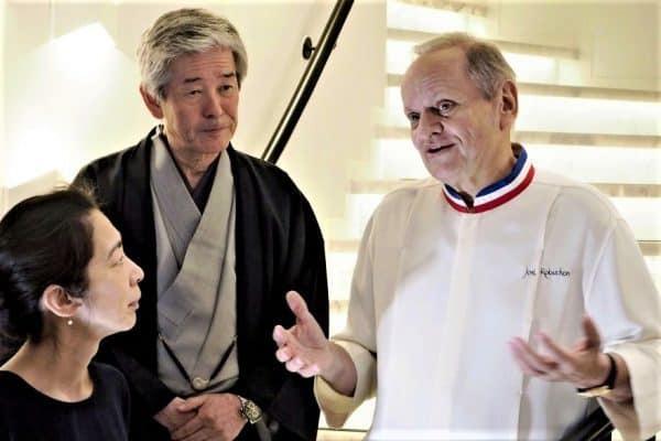 Joël Robuchon, Hiroshi Sakurai créateur de la prestigieuse marque de saké Dassai et à gauche, la directrice Kaoru Lida, sommelière saké (à la tête de la société Dassai Europe) lors de la conférence donnée en juin 2018 juste avant la mort du grand chef (32 étoiles Michelin) Crédit : Nobuteru Sakuta/AP/SIPA
