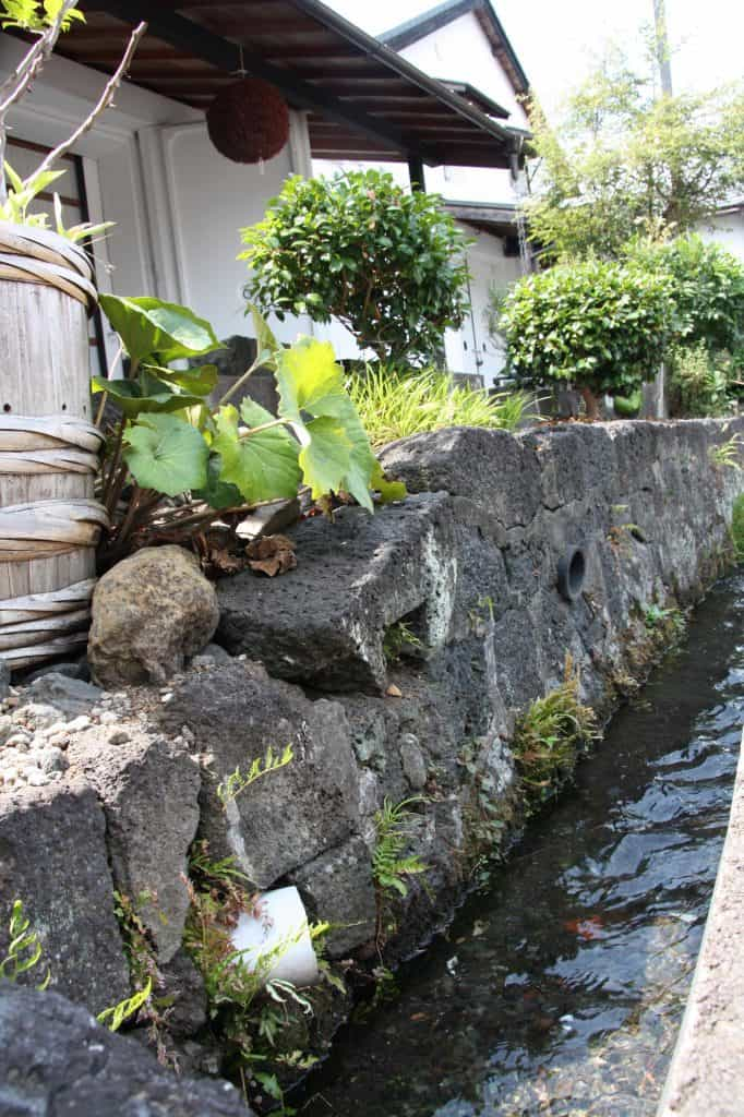 La brasserie Fuji Takasago est située au pied du célèbre Mont Fuji. Depuis 1831, elle utilise les eaux souterraines limpides et pures du mont Fuji. 100 ans environ sont nécessaire pour la filtrer à travers nombre de couches géologiques, ce qui la rend extrêmement douce. Sa température à la source est de 5°, idéale pour la production de saké. La variété de riz utilisée est locale (yamadanishiki). Fuji Takasago est réputé pour son Junmai Daiginjo (polissage 35 %, titrant 15°)