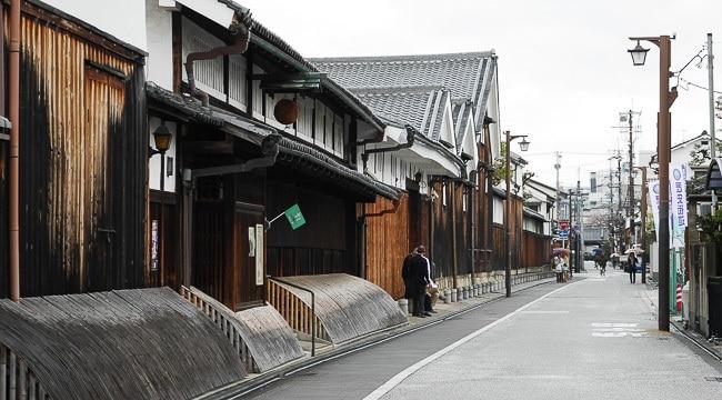 Le quartier des brasseurs de Fushimi (伏 見) se concentre le long de la rivière Horikawa, bordée de saules, dans le sud de Kyoto. Ce lieu est vénéré pour l'eau pure qui coule en abondance des sources souterraines de la rivière. C'est la raison pour laquelle le quartier abrite près de 40 brasseries de saké dont le géant Gekkeikan, (brasserie fondée en 1637). Fushimi est aussi le premier port maritime, des bateaux en bois à fond plat.