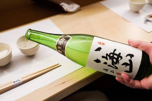 Le Junmai ginjo Hakkaisan (préfecture de Niigata) titre 15,6° avec un taux de polissage de 50 %. Il est élaboré à partir de trois variétés de riz : Yamadanishiki, Miyamanishiki et Gohyakumangoku. Ce saké sans doute l'un des plus recherchés au Japon provient de la brasserie Hakkaisan, fondée en 1922, située dans la ville de Minami-Uonuma, au pied du mont Hakkai là où la neige peut atteindre près de 3 m d'épaisseur. L'eau qui y est puisée Raidensama no mizu (eau de source de Raiden), est une eau super douce et excellente pour la production de saké. (Raiden est le dieu japonais du tonnerre et de la foudre).