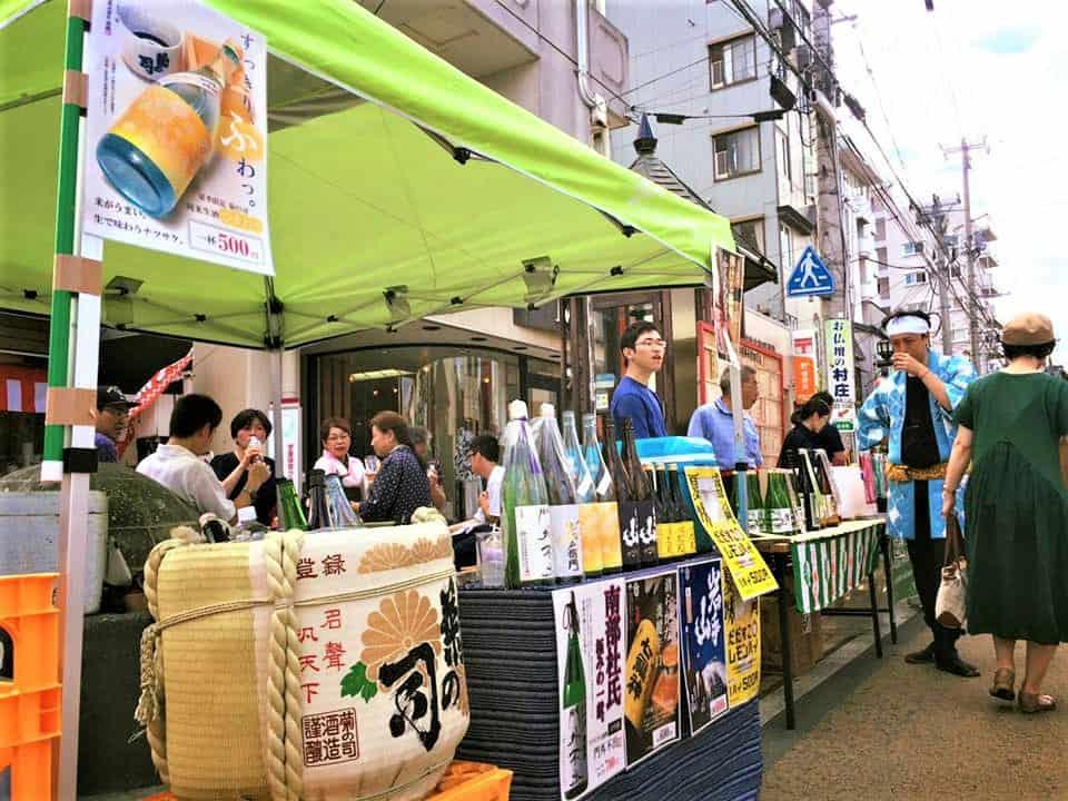 Dans les rues de Morioka, chef lieu d'Iwate, possibilité de goûter à quelques uns des sakés (et autres alcools) des 26 brasseurs de la préfecture.
