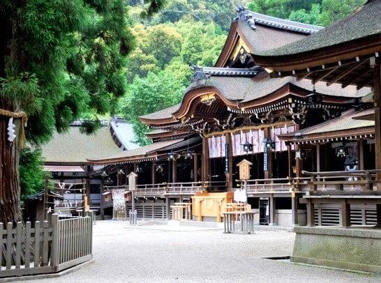 Situé au pied du mont Miwa où l'empereur Jimmu et ses partisans se sont installés dans la préfecture de Nara, le sanctuaire d'Omiwa est le plus ancien sanctuaire shintoïste du Japon et le sanctuaire des brasseurs de saké.