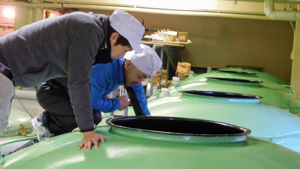 Cuves de fermentation du moût (moroni) chez Kikunotsukasa Shuzo à Morioka (Iwate). Ici les ouvriers contrôlent le taux d'alcool, de sucre et d'acidité du moût en régulant s'il le faut la température par ajout d'eau ; une température à moins de 28° afin que l'action des levures soit complète, et qu'on obtienne un saké raffiné qui aura développé au maximum toute la richesse de ses arômes en fin de fermentation.