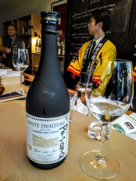Ce saké d'Iwate, Junmai Daiginjô « Yui-No-Ka » a été brassé chez Senkin Shuzo à Shimohei au nord-est du département d'Iwate, près de la grotte de Ryûsendo d'où provient l'eau qui sert à l'élaborer. Il titre 16°, sa variété de riz est le Yui no ka, poli à 40 %. A déguster frais dans un verre à vin (10°C) sur des fruits de mer. Il apporte une touche de fraîcheur sur des plats en sauce. Ici à Paris, Maison du Saké (Photo FC)