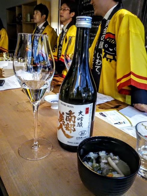 Ce Nanbu Bijin (la belle de Nanbu) est un Daiginjô qui titre 16°. C'est un saké brassé à partir d'une variété de riz, Gin-Otome cultivée à Ninohe-shi avec un polissage inférieur à 50 % ; un saké net et équilibré à la douceur et à la saveur persistante. Il est servi dans un grand restaurant de New-York. et servi ici, à Paris, à la Maison du Saké.