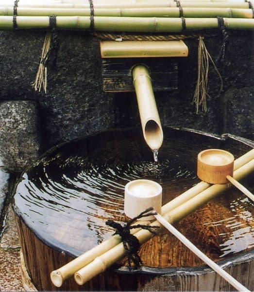 L'eau souterraine de Fushimi comprend la quantité parfaite de minéraux dissous dans la couche de granite, ce qui en fait une eau moyennement dure avec une dureté de 60 à 80 mg/l. La petite quantité de fer la rend également adaptée au saké. Cette eau pure est la source qui donne naissance au saké doux et moelleux de Kyoto Fushimi.
