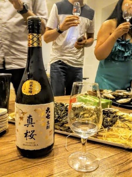 Huîtres et saké, quel mariage ! Ce saké Mazakura (classé junmai ginjo) de la brasserie Daishichi fondée en 1752 (préfecture de Fukushima) dans la ville fortifiée de Nihonmatsu est élaboré selon la méthode la plus traditionnelle (kimoto, voir plus bas) lui apportant son côté doux onctueux, au goût crémeux. Au nez, c'est la poire, l'ananas, le caramel au beurre. En bouche, l'équilibre prédomine avec des notes beurrées mais aussi de guimauve, de nougat et des saveurs minérales. Il titre 15°, il est à boire meilleur frais (12-15°C) mais peut aussi être bu légèrement chauffé (ici à Paris, chez Kampai, dégusté avec les huîtres de Caroline Madec, ostréicultrice de Lannilis en Bretagne). Photo FC