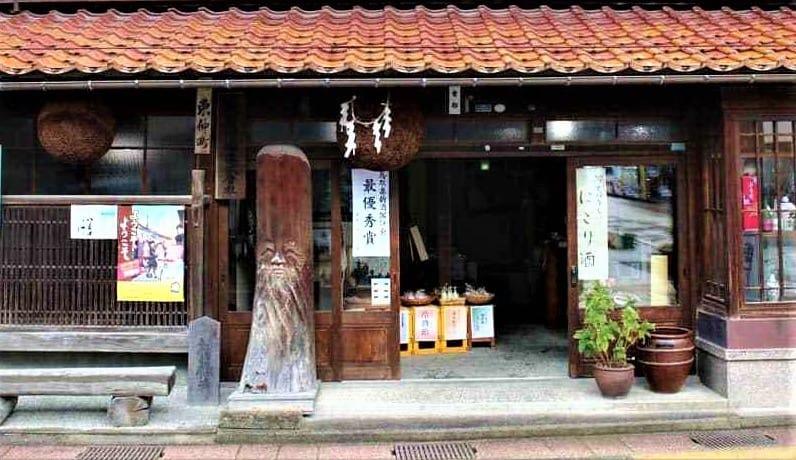 Pour repérer une brasserie à saké (kura), c'est simple, il faut repérer la sugidama (ou sakebayashi), grosses boules ornementales constituées de branches de cèdre du Japon (sugi), accrochées devant la devanture. Ici, une brasserie à Kurayoshi, dans la partie centrale de la préfecture de Tottori.