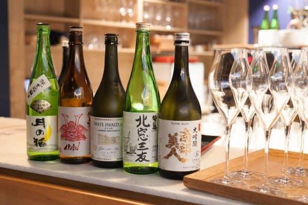 Les cinq sakés d'exception élaborés par des Maisons d'Iwate : Akabu, Senkin, Tsukinowa, Washinoo, Nanbu bijin (le Junmai Akabu a été servi dans les fameuses laques de Jobo-ji) dégusté à la Maison du Saké à Paris