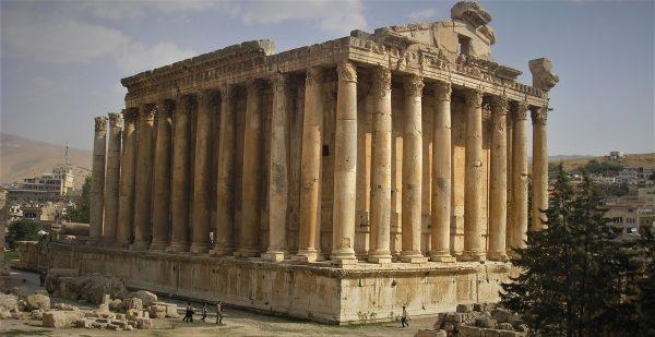 Temple de Bacchus* à Baalbeck (cité phénicienne nommée Héliopolis à la période hellénistique). La cité est située au pied du versant sud occidental de l'Anti-Liban, en bordure de la plaine de la Bekaa (à 1150 m d'altitude). Le temple est impressionnant par son ampleur avec ses dix-neuf mètres de long avec son portail monumental de treize m de haut et six mètres et demi de large. Il a été construit au deuxième siècle de notre ère. Les travaux de conservation et de restauration du temple de Bacchus ont été achevés en 2016, notamment à l'occasion de la nouvelle édition du Festival international de Baalbeck. *Dionysos chez les grecs est avant tout le dieu de la vigne et du vin.