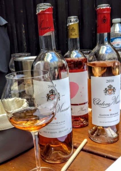 Dégustation des vins rosés du Château Musar dont ce Château Musar Rosé 2016 qui est le fruit d'un assemblage de cinsault et de 2 cépages autochtones, spécifiques au Liban, l'obeideh et le merwah plantés entre 1920 et 1947 pour l'obeideh au pied de la montagne Anti-Liban ; des vignes franches de pied à 1400 m d'altitude, au rendement de 10 à 20 hl/ha. Fermentation et élevage de 6 à 9 mois en fûts de chêne français. Ce rosé d'exception n'est vinifié que les meilleures années (Photo FC)