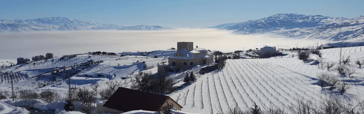Chateau Khoury en hiver. Ce domaine familial de 17 ha a été créé par Raymond et Brigitte El Khoury à 1300 m d'altitude sur les contreforts est du Mont Liban, surplombant Zahlé (l'un des domaines les plus élevés du Liban). Les premières vignes ont été plantées en 1995, sur les terres en friches laissées à l'abandon après la guerre civile. Les bâtiments sont édifiés en pierre de taille dans le style traditionnel libanais.