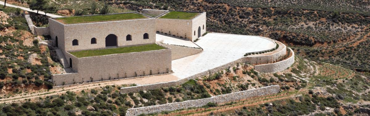 Domaine de Baal sur les contreforts du Mont-Liban. Il surplombe la plaine de la Bekaa à 1200 m d'altitude. Premières plantations en 1994. Ici, respect de la terre et de l'environnement avec une agriculture biologique et des vins qui ne sont ni collés, ni filtrés. Le chai à barriques, entièrement voûté et construit à moitié sous terre, garantit une température moyenne de 13 à 16°toute l'année et un taux d'humidité de 70 à 75%.