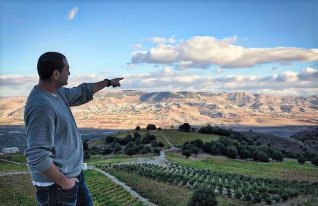 Eddy Naim, oenologue du Château Quanafar. De la haut, la vue sur la vallée de la Békaa est incroyable (collines de Khirbet Quanafar). Eddy Naim est à la tête d'un vignoble de 17 h à 1200 m d'altitude en partie planté par son père Georges. Toutes ses vignes (non irriguées) sont à 10 minute. de la cave. Château Quanafar 2013, sont dernier millésime, vin ni collé, ni filtré est un assemblage de 72 % syrah et 28 % merlot, vieilli 12 mois en fûts de chêne français. (photo Wine Explorer)
