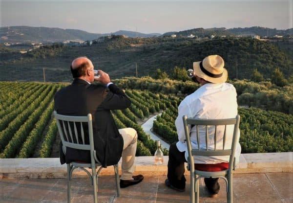 Devant un paysage de vignes du Mont Liban, rien de mieux que déguster cet Ixsir Grande Réserve Rosé 2017 (mourvèdre 40 %, cinsault 40 % et syrah 20 %) !