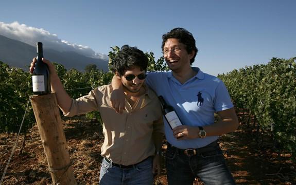 Karim et Sandro Saadé, propriétaires de Château Marsyas, 65 ha de vignes à Kefraya (sud de la vallée de la Békaa). Ils sont les fils de Johny R. Saade (entreprise de transports terrestres et maritimes). Les deux frères sont également détenteurs du domaine Bargylus (12 ha de vignes) au nord-ouest de la Syrie, près de la ville de Lattaquié (Photo Château Marsyas)