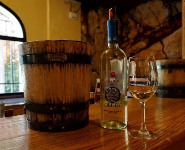 Château Saint-Thomas, Obeidy, 2016 (13°) : ce vin issu à 100 % de Obeidy (ou obeideh), cépage autochtone libanais vinifié en fermentation contrôlée à basse température et élevé quelques mois en cuves inox (sans fermentation malolatique) était auparavant distillé pour l'arak. Il a été remis au goût du jour par Joe Assaad Touma à la tête de ce domaine dès 2013. C'est un cépage sensible à la sécheresse (il est planté à 1000 m d'altitude) qui s'oxyde rapidement ce qui impose beaucoup de précautions comme vendanger très tôt le matin avant le lever du soleil dit-il. Une fois cueillis, les raisins jaune clair virent en effet au brun sous le soleil.