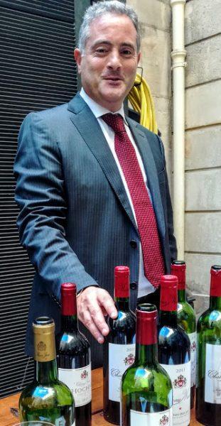 Ralph Hochar, le fils de Ronald (en charge du développement dans le sud-est asiatique) présente le Musar Jeune Rouge 2016 (cinsault, cabernet sauvignon, syrah), issus de jeunes vignes de la vallée de la Békaa, plantées à 100 m d'altitude en 2000. Egalement ce Hochar Père et Fils Rouge 2015 (cabernet sauvignon, cinsault, grenache) issu d'un vignoble unique, près du village d'Aana (Békaa) ; des sols profond de calcaire ; des vignes âgées d'environ 30 ans et des rendements faibles (20-30 hl/ha). Un vin commercialisé 4 ans après la récolte (Photo FC)