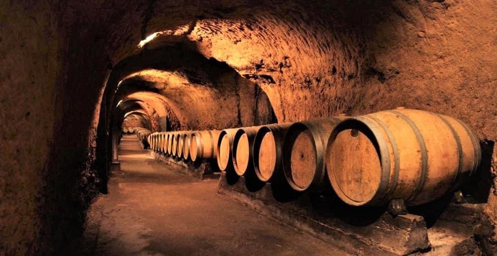 Célèbres dans tout le pays, les caves datant de la période romaine du château Ksara furent découvertes en 1898. C'est en voulant enfumer un renard qui terrorisait les poules que de jeunes garçons les découvrirent (l'un d'eux devint moine ; il mourut en 1976). Elles s'étendent aujourd'hui sur 2 km et s'articulent autour de 6 tunnels. Elles représentent un atout considérable pour le château car jouissant d'une faible variation de température et d'une hygrométrie constante tout au long de l'année, elles permettent un vieillissement idéal pour le vin (entre 13 et 15°). Les caves de Zsara contiennent environ 900 000 bouteilles allant du dernier millésime à quelques très rares flacons de 1918