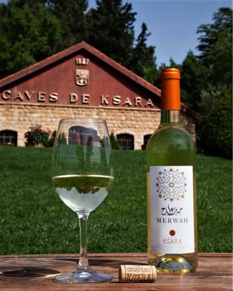 Le merwah du château Ksara (le plus grand producteur de vin du Liban). Ksara a lancé un vin blanc 100 % merwah (cépage autochtone) cultivé en terrasses sur un seul vignoble (des vignes de 60 ans d'âge) au nord de la vallée de la Bekaa, à une altitude de 1600 m. Au moment des vendanges, c'est le dernier cépage à atteindre la bonne maturité. Il est récolté en octobre, six semaines après la plupart des autres vins blancs libanais. Le merwah vient de commencer une carrière internationale. Ainsi explique George Khalil Sara, copropriétaire du Château Ksara, au Royaume-Uni, a-t-il été classé par le journal The Independent dans les 12 meilleurs vins à moins de 20 £.