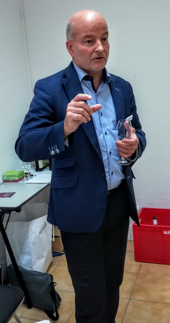 Daniel Dufaux œnologue de la maison Badoux Vins S.A. à Aigle (canton de Vaux) depuis 2009, il en est devenu directeur adjoint en 2012. Il est également président des Œnologues Suisses et secrétaire général de l'Union internationale des Œnologues. Il est également l'un des organisateurs du Mondial du Chasselas. Ici à Paris à l'OIV en 2017 (Photo FC)