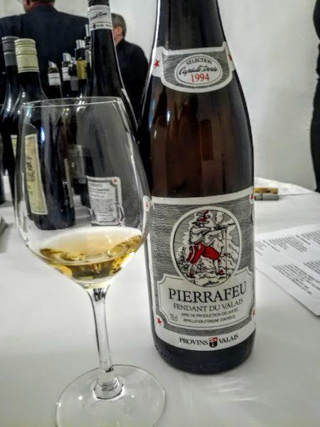 Ce fendant (chasselas) Pierrafeu (AOC Valais) 1994, prêt à consommer est issu de vignes de plus de 25 ans sur sol calcaire. Il a été produit à 30 000 bouteilles (35,90 CHF) Photo FC