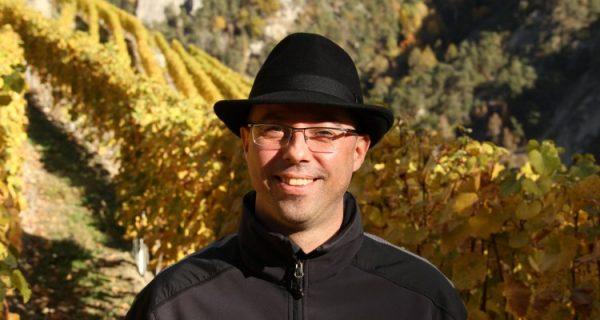 Le docteur José Vouillamoz professeur à l'université de Neuchâtel est généticien de la vigne. C'est lui qui a percé les origines du chasselas. Ce spécialiste de l'étude des cépages reconnu dans le monde entier a publié avec Jancis Robinson et Julia Harding : Wine Grapes au sous-titre explicite : A Complete Guide to 1368 Vine Varieties, Including Their Origins and Flavour.