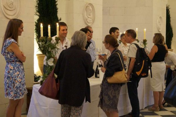 Château de Chenonceau, soirée dégustation sous les étoiles. Les producteurs de l'appellation Touraine Chenonceau sont là dans la prestigieuse galerie au-dessus du Cher